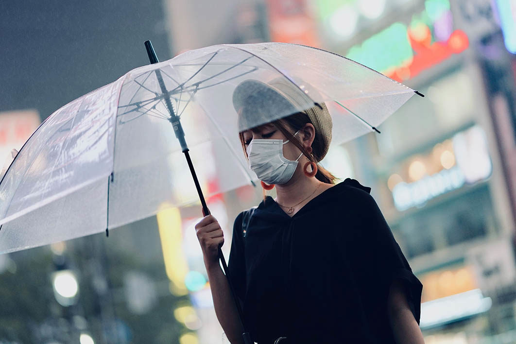 women_wearing_surgical_mask