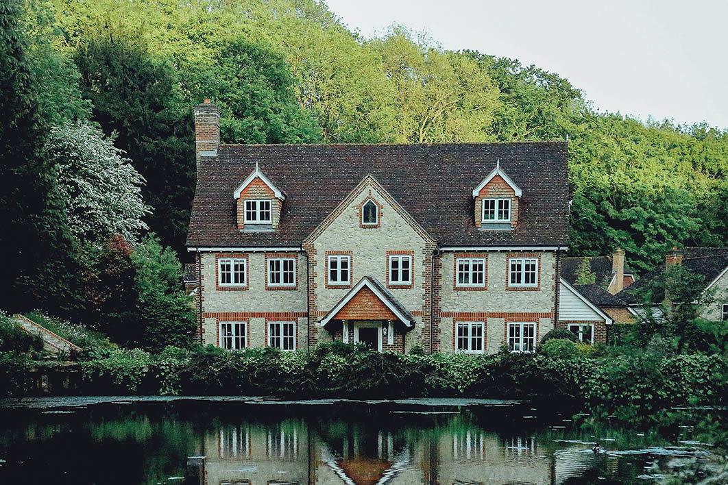 house_near_lake